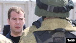 Dmitri Medvedev Mahaçqalada FSB zabitləri ilə, 9 yanvar 2009