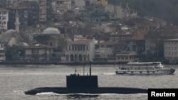 Ілюстраційне фото. Російський підводний човен «Ростов-на-Дону» в протоці Босфор. Грудень 2015 року