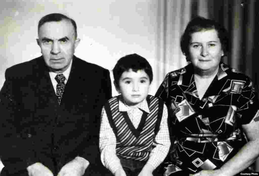 Moisei și Leika Akkerman, părinții lui Leon, cu nepotul Mark. Edineț, 1980