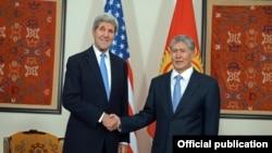 John Kerry Qırğızıstanda.