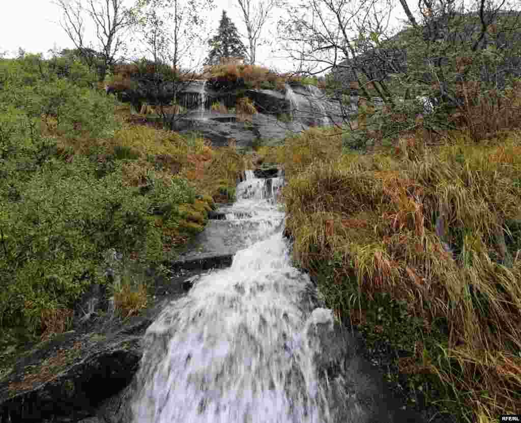 Водоспад на струмку, що витікає з гірського озера Тарлебеватнет