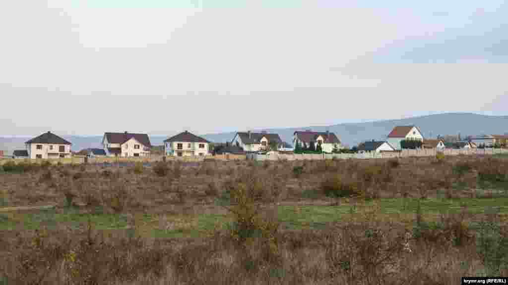Soñki yıllarıKüçük Muskomiya (Rezervnoye) köyü etrafında yañı kottecleresipçıqtı