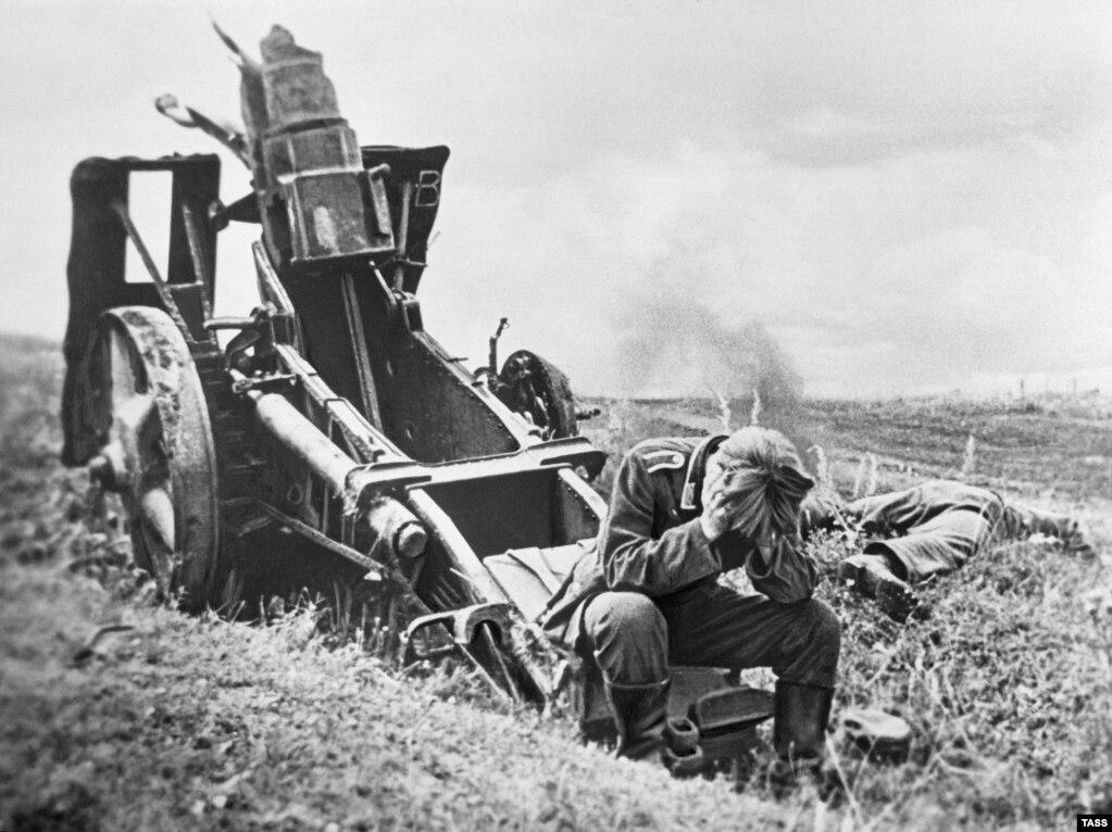 Жеңилип, туткунга түшөөр алдында замбиректин жанында башын кармап олтурган немис аскери. 1-сентябрь, 1944-жыл.