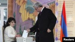 Армения президенті Серж Саргсян референдумда дауыс беріп тұр. Ереван, 6 желтоқсан 2015 жыл.