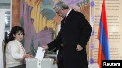 Президент Армении Серж Саргсян опускает бюллетень в избирательную урну. Ереван, 6 декабря 2015 года.