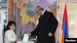 Прэзыдэнт Армэніі Серж Саргасян галасуе падчас рэфэрэндуму па канстытуцыйных зьменах у Ерэване, 6 сьнежня 2015 году