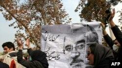 به رغم تهديد های مقامات ايران و همچنين سرکوب مخالفان، معترضان به نتيجه انتخابات رياست جمهوری طی ماه های اخير به مناسبت های مختلف در خيابان های تهران و در تازه ترين تظاهرات اعتراضی ،دانشجويان دانشگاه های مختلف ايران به مناسبت روز شانزدهم آذرماه، روز دانش