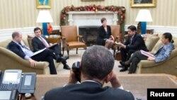 Барак Обама во время телефонного разговора с Раулем Кастро 16 декабря 2014 года