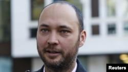 Қырғызстан экс-президенті Құрманбек Бакиевтің ұлы Максим Бакиев сот залынан шыққан кезде. Лондон, 7 желтоқсан 2012 жыл.