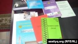 Нұржауған Қалауовтың жұмыс үстеліндегі кітаптар. Шұбарқұдық, 16 қараша 2013 жыл.