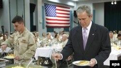 جرج بوش در مقر ناوگان پنجم نیروی دریایی آمریکا در خلیج فارس