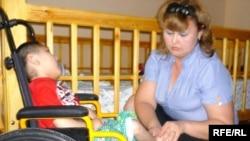 Кішкентай Жарас және «Балаларды СПИД дертінен қорғау» қайырымдылық қоғамдық қорының президенті Жаннета Жазықбаева. Шымкент, 22 мамыр, 2010 жыл.