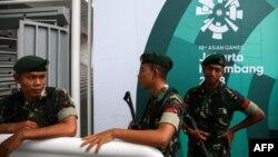 Джакартадағы спорт кешендерінің маңында тұрған әскерилер. 16 тамыз 2018 жыл.