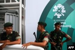 Индонезийские военные рядом со стадионом, где будут проходить состязания Азиады. Джакарта, 16 августа 2018 года.