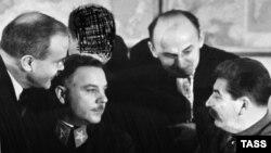 از چپ: مولوتوف، وراشیلوف، گمنام (چهرهاش مخدوش شده)، بریا و استالین