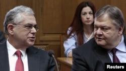 Премиерот Лукас Пападимос и министерот за финансии Евангелос Вензилос.