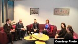 Встреча президента Сербии Томислава Николича и президента Косово Атифете Яхьяги при посредничестве высшего представителя ЕС по внешней политике Кэтрин Эштон. Брюссель, 6 февраля 2013 года.