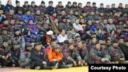 Қаламқас кенішіне жиналған мұнайшылар. Maңғыстау облысы, 10 қаңтар 2015 жыл. Көрнекі сурет.