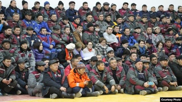Нефтяники, работающие на месторождении Каламкас, во время встречи с руководством. Мангистауская область, 10 января 2015 года.