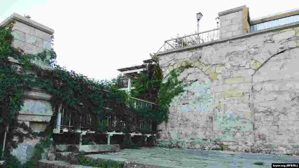 Мітрідатські сходи побудували 1840 року за проектом італійського архітектора. Три їхні яруси виконані з місцевого каменю-ракушняку