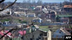 Поселок Широкино заметно разрушен и почти покинут местными жителями. Большую его часть контролируют военные формирования сепаратистов. Фото 15 апреля 2015 года.