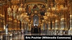 Это не дом Олега Дерипаски, это Опера Гарнье в Париже. Но люстра в вашингтонском доме Дерипаски тоже раньше украшала эту оперу.