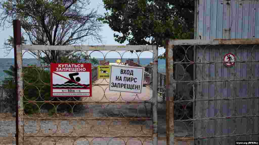 Пристань на біостанції. Раніше від Феодосії сюди ходив катер, який привозив туристів на вистави до дельфінарію