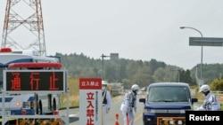 Люди покидают запретную зону вокруг аварийной АЭС