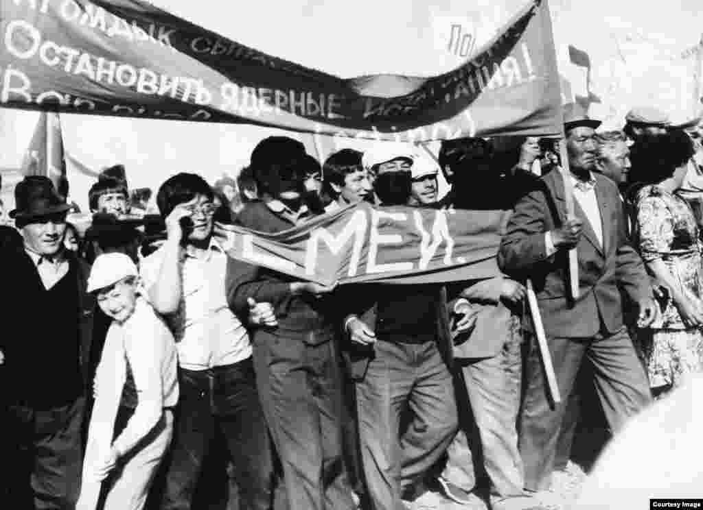 """Қарауыл ауылының тұрғындары """"Невада-Семей"""" антиядролық қозғалысының митингісі кезінде ұран көтеріп шығып, Семей полигонының жабылуын талап етті."""