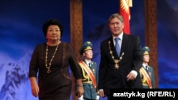 Роза Отунбаева, экс-президент Кыргызстана, и президент Кыргызстана Алмазбек Атамбаев, Бишкек, 1 декабря 2011 года.