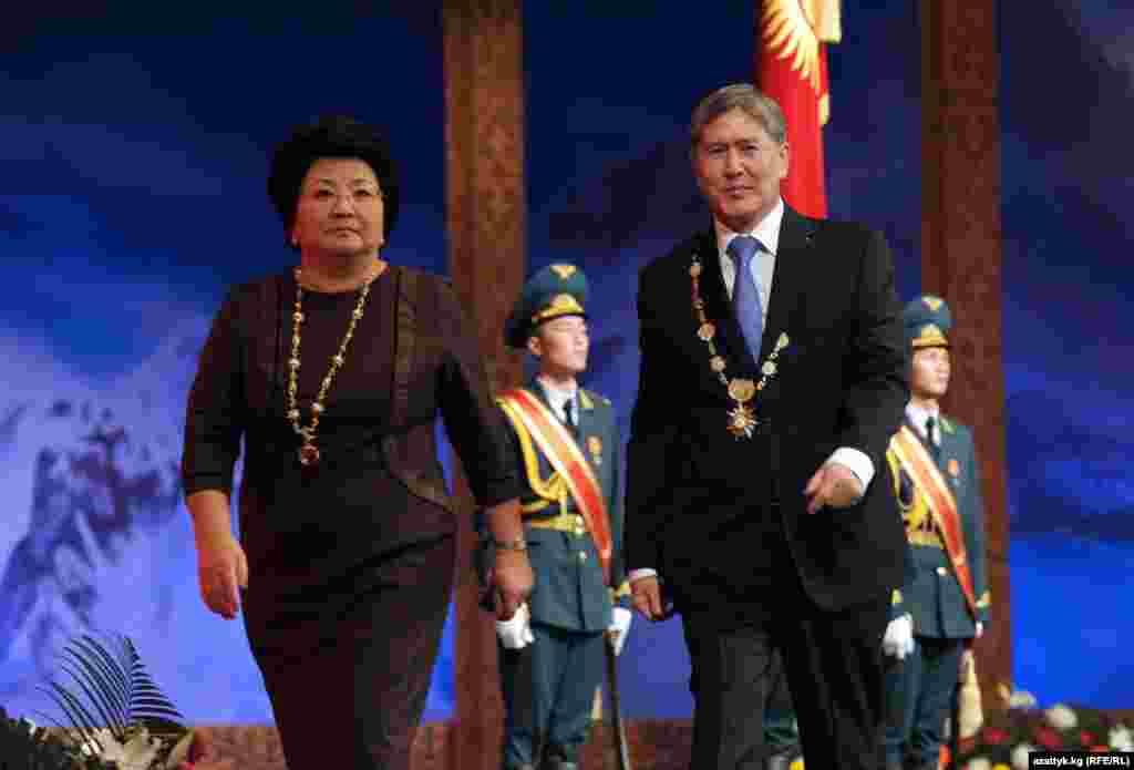 Декабрь. Первого декабря состоялась инаугурация президента Алмазбека Атамбаева. Впервые в истории Кыргызстана на церемонии присутствовали бывший и новый глава кыргызского государства.