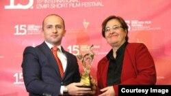 """15-ci İzmir Qısa Film Festivalı. """"Sonuncu"""" filmi mükafatlandırılarkən."""