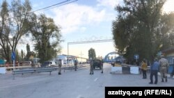 Блокпост близ пункта пропуска «Кордай» на границе Казахстана и Кыргызстана. Жамбылская область, 11 октября 2017 года.