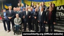 Народні депутати фракції «Європейська солідарність», у тому числі й п'ятий президент України Петро Порошенко, під час виголошення заяви, що «формули Штайнмаєра» не існує, а є «формула Путіна». Київ, 1 жовтня 2019 року