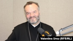 Părintele Pavel Borșevschi în studioul Europei Libere la Chișinău