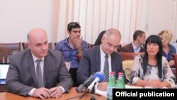 Armenia - Opposition leaders Levon Zurabian (C), Naira Zohrabian (R) and Mher Shahgeldian sign a new election agreement with the government in Yerevan, 13Sep2016.