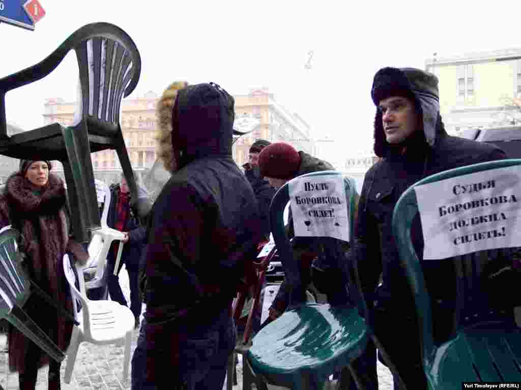 """Примерно 10 сторонников движения """"Солидарность"""" принесли стулья к зданию на Новой площади д.8, где находится участок..."""