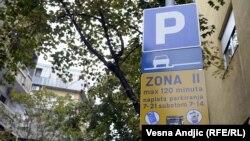 Nalepnice protiv Parade ponosa zalepljene na znaku za parkiranje, Beograd, septembar 2012.