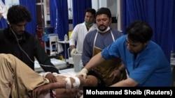 Врачи оказывают медицинскую помощь пострадавшему при взрыве в афганской провинции Герат. 9 апреля 2018 года.