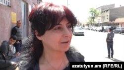 Վիրավոր սպա Ազատ Ստեփանյանի մայրը՝ Ժաննա Խուդոյանը: