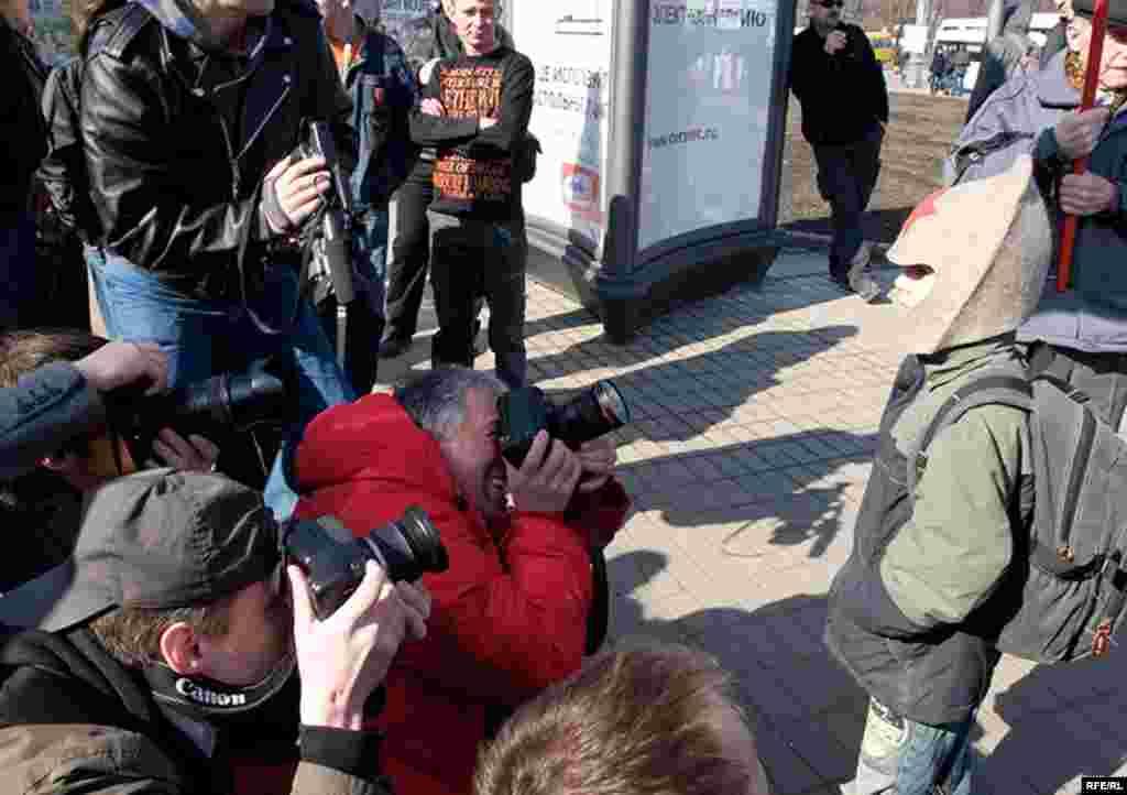 Мальчик в буденовке привлек внимание большинства фотографов и операторов