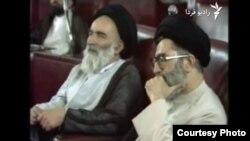 علی خامنهای (راست) در نشست مجلس خبرگان در روز ۱۴ خرداد ۱۳۶۸ برای تعیین جانشین آیتالله خمینی.