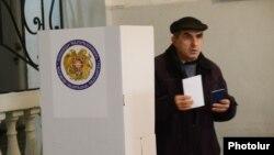Սահմանադրական փոփոխությունների հանրաքվեի քվեարկությունը ընտրատեղամասերից մեկում
