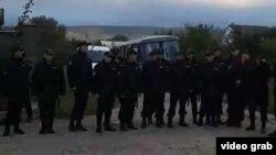 Қырым татарларын тінтіп жатқан орындағы құқық қорғау органдарының қызметкерлері. Бақшасарай, Қырым, 11 қазан 2017 жыл.