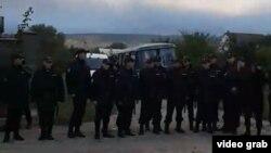 Сотрудники силовых органов на месте обысков у крымских татар. Бахчисарай, 11 октября 2017 года.