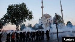 Поліція використовує сльозогінний газ для розгону демонстрантів у Стамбулі, 3 червня 2013 року