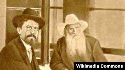 A.Çexov (solda) və Lev Tolstoy