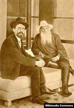 Anton Chekhov (solda) və Lev Tolstoy