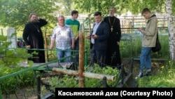 У могилы колчаковцев в Новой Еловке