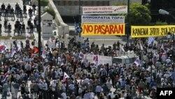 Кризис в Греции выводит на улицы тысячи людей